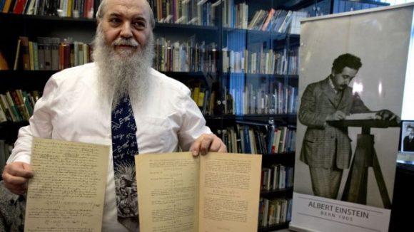 El Dr. Roni Gross mostrando la página original junto a la edición del artículo. Fuente: The Time of Israel.